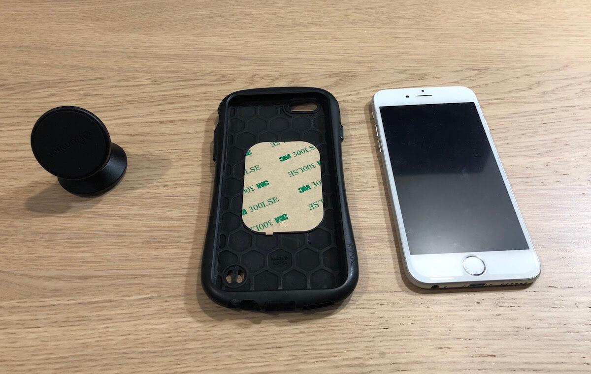 iPhone 本体とスマホケースの間にスマホスタンドに付属してきた鉄板を挟みます。
