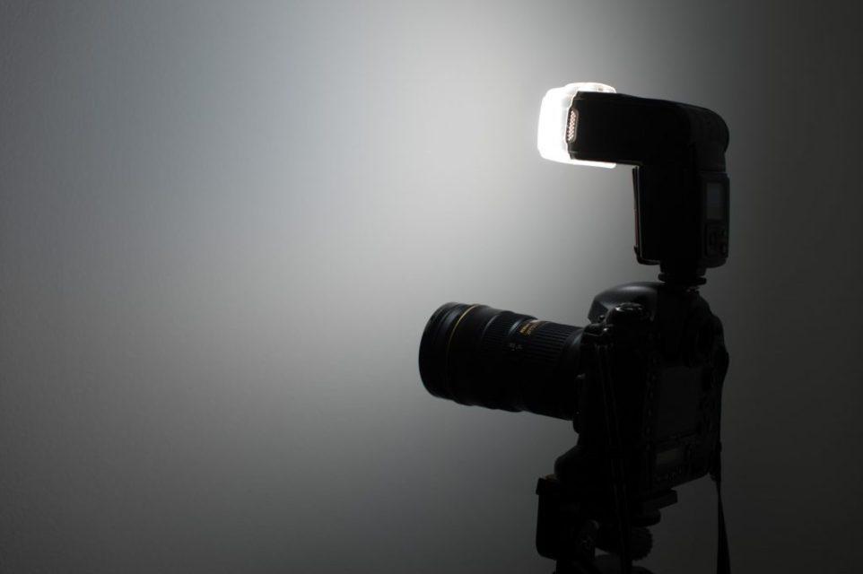 Nissin MG8000を付けた一眼レフカメラ