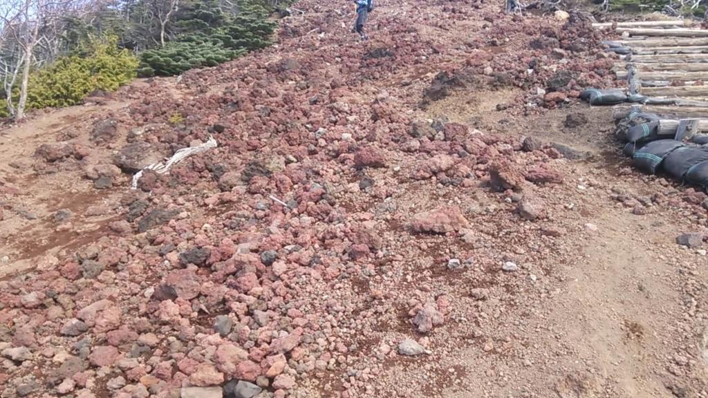 男体山頂前の岩