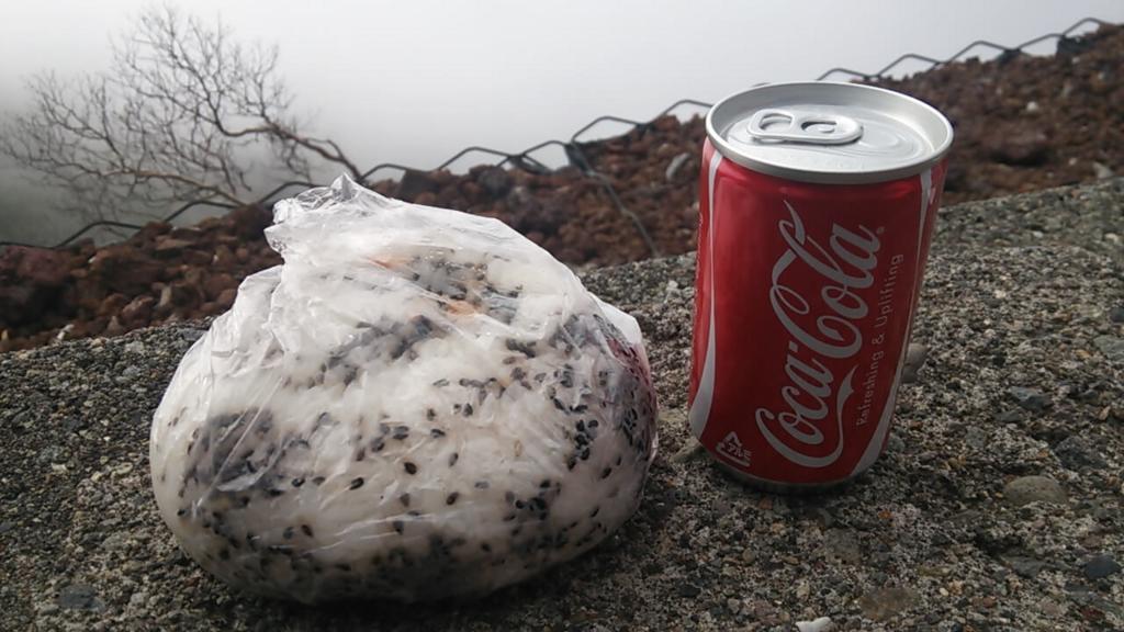 男体山頂でおにぎりとコーラ