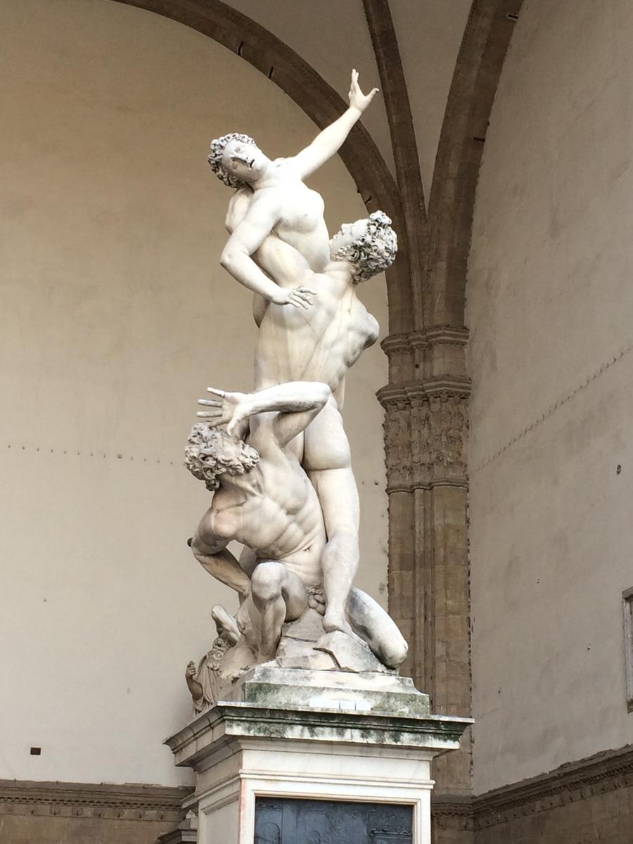ジャンボローニャ 《サビニの女たちの掠奪》 1579-83年 フィレンツェ、シニョリーア広場 ロッジア・ディ・ランツィに展示