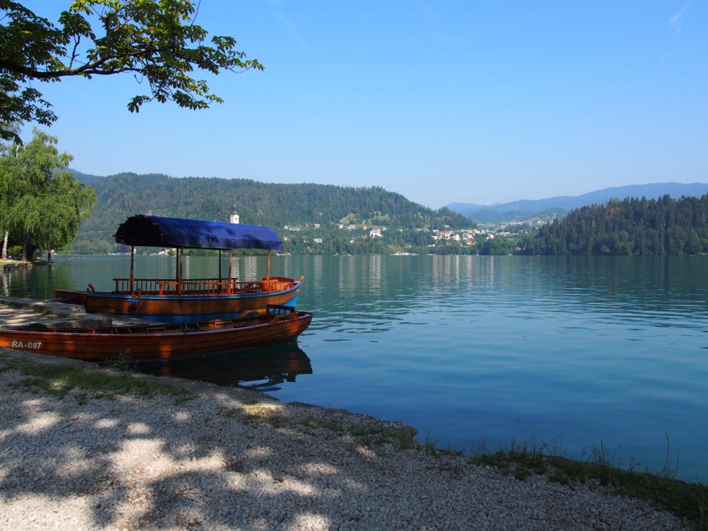 スロベニアのブレッド湖に浮かぶ手漕ぎボート
