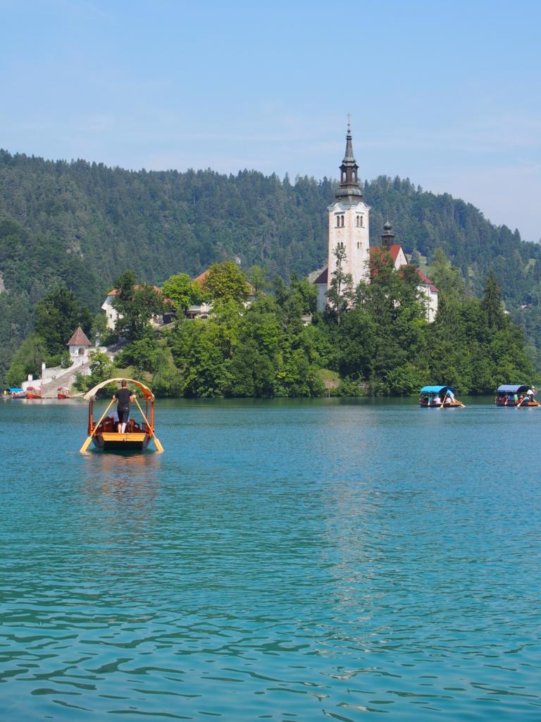 ブレッド湖の教会に向かう手漕ぎボート