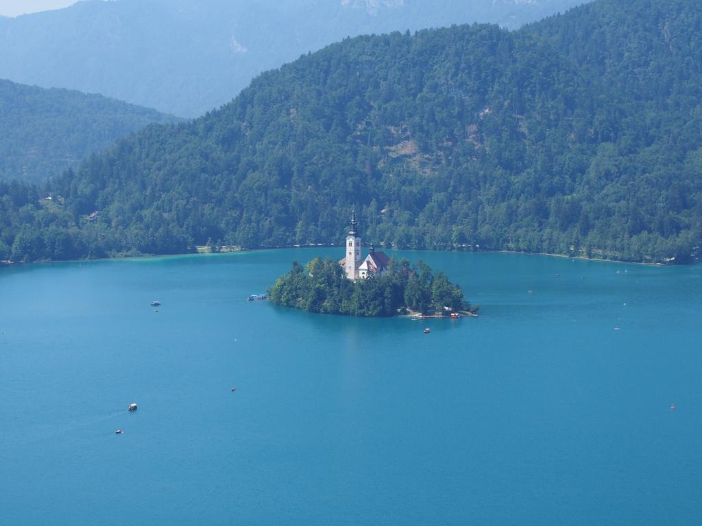 ブレッド湖の浮島に建つ教会