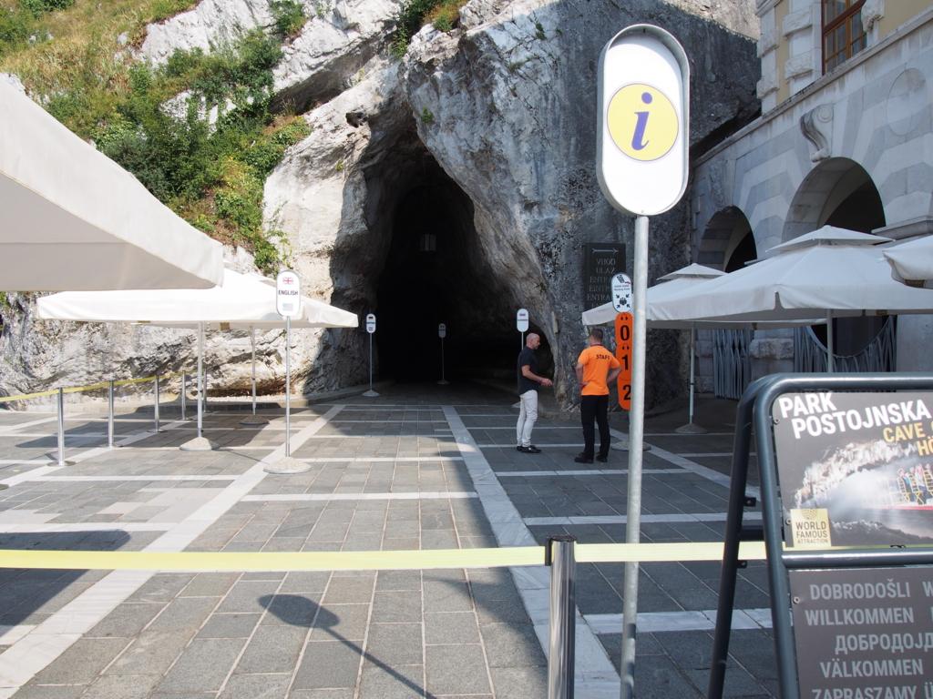 ポストイナ鍾乳洞への入り口