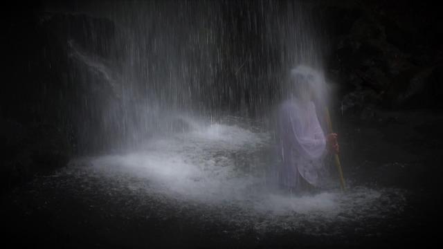 滝に打たれる男