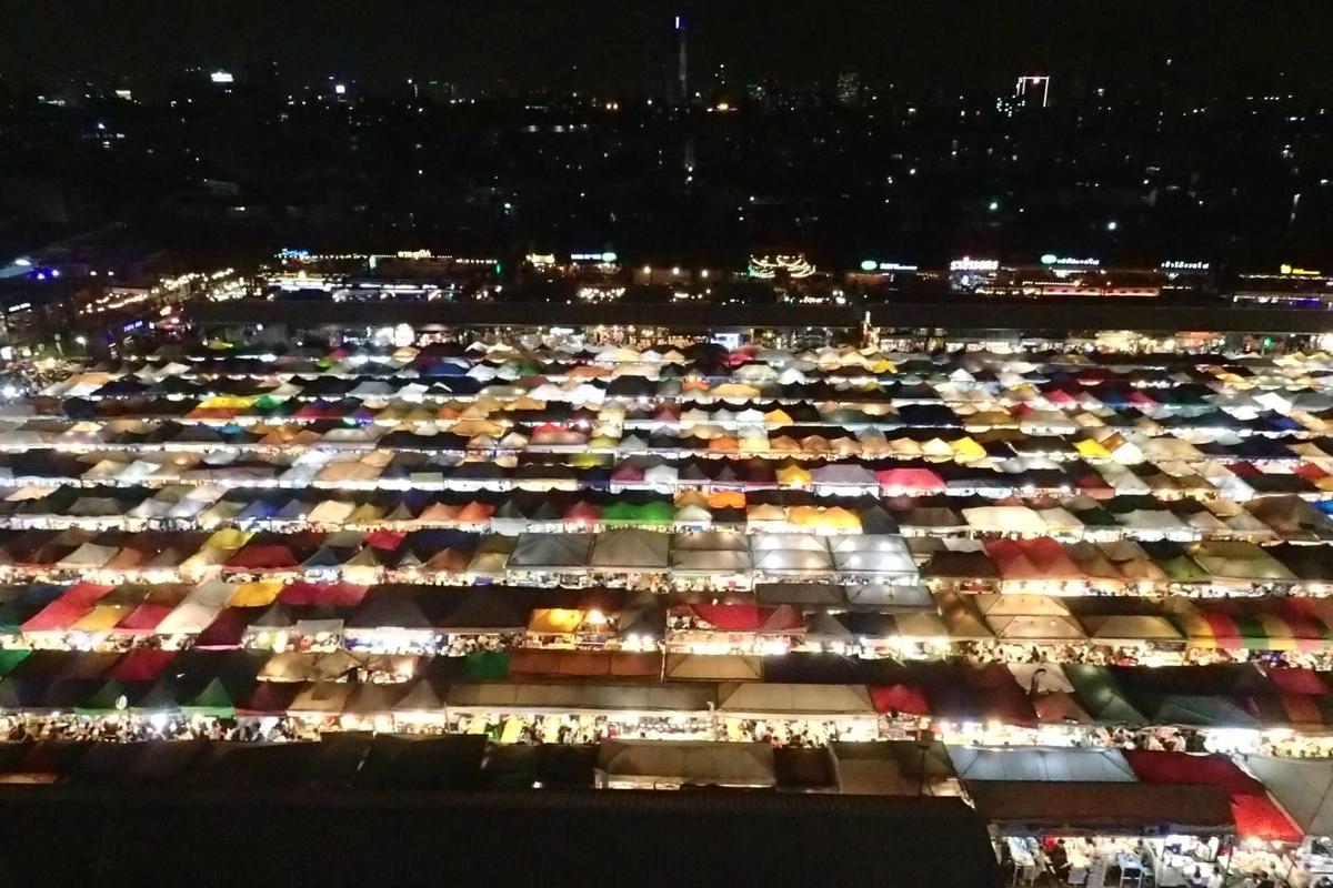 タイ・ラチャダー鉄道市場俯瞰写真