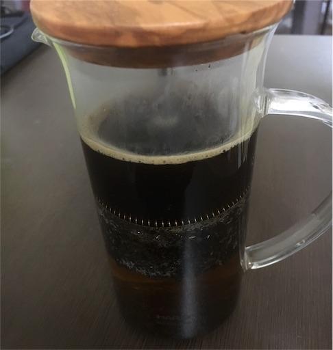 コーヒー豆をプレスする