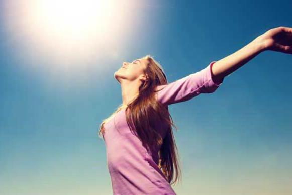 日光を浴びる女性写真