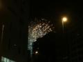 隅田川花火大会ビルの間からちらっと見える花火