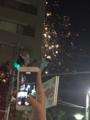 隅田川花火大会ビルの後ろにちら花火