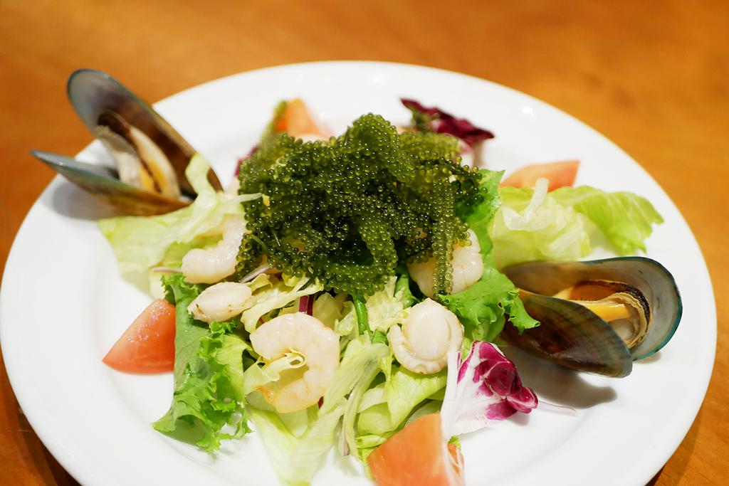 レッドロブスター沖縄国際通り店の限定シーフードメニュー・海ぶどうのシーフードサラダ