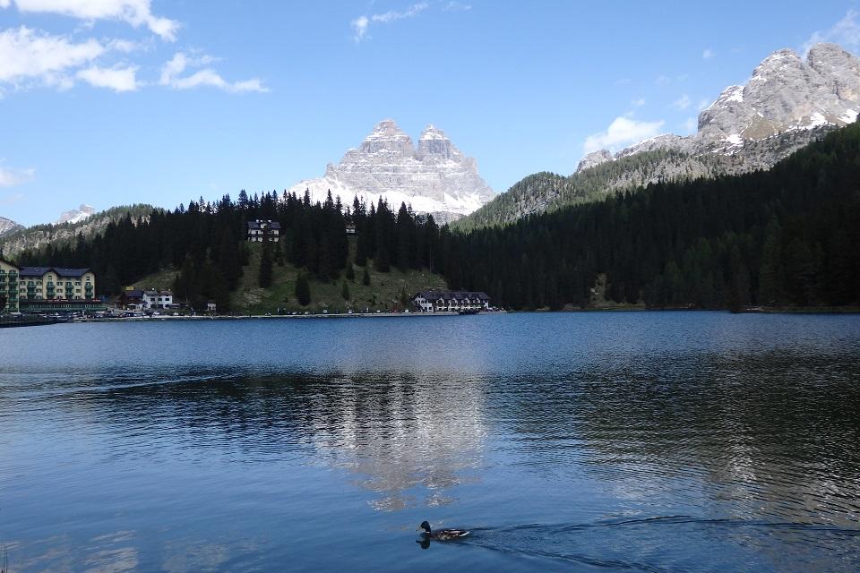 コルティナ・ダンペッツォのミズリーナ湖と湖面にも映り込むトレ・チーメ・ディ・ラヴァレード