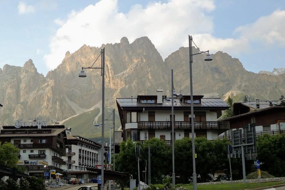 コルティナ・ダンペッツォの町から望むドロミテ山塊