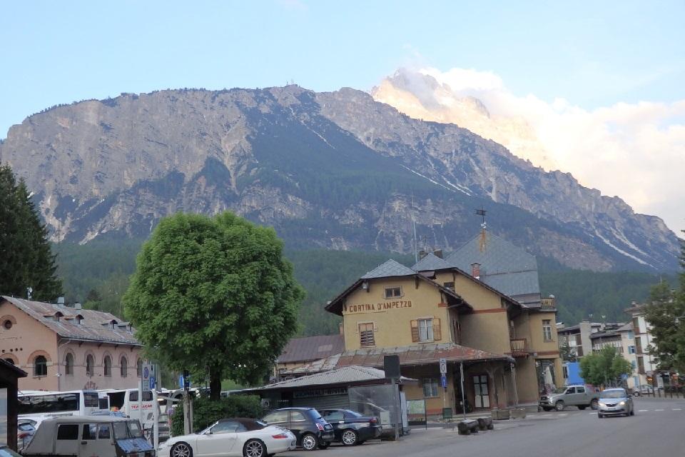 コルティナ・ダンペッツォのバスターミナルから望むドロミテ山塊