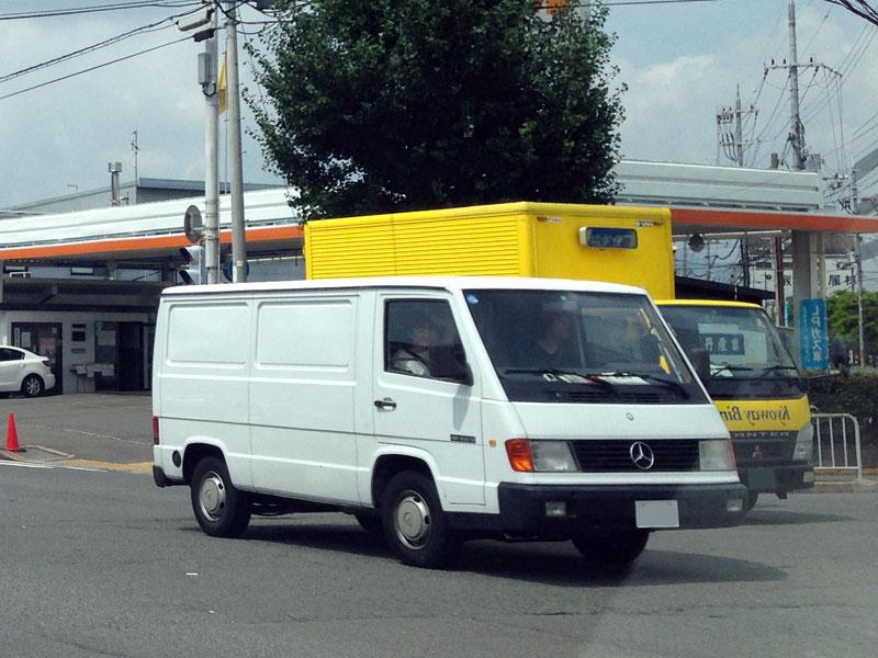 メルセデスのバンMB100