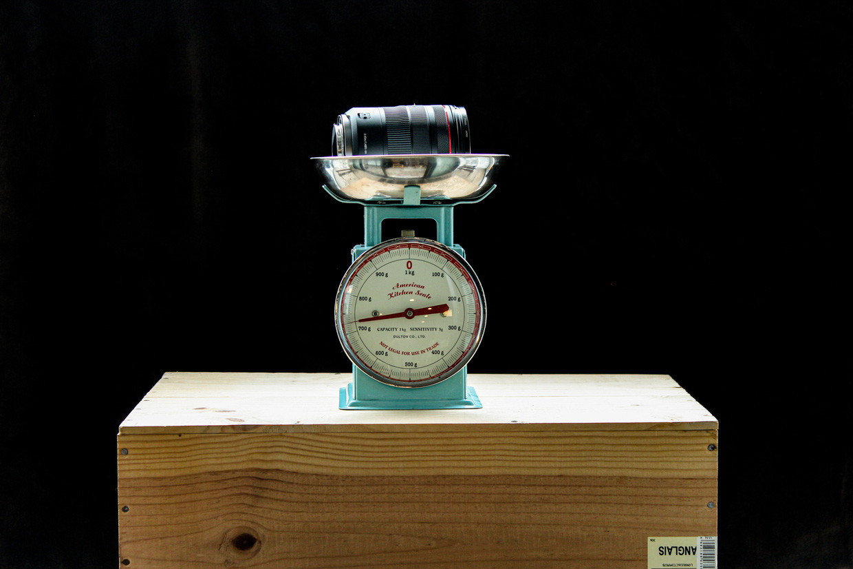 レンズをはかりに乗せて重さを計測