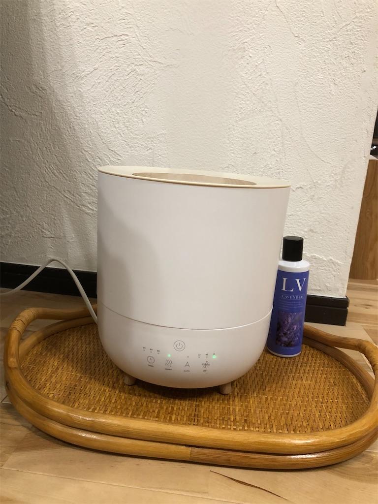お盆の上に加湿器を置く