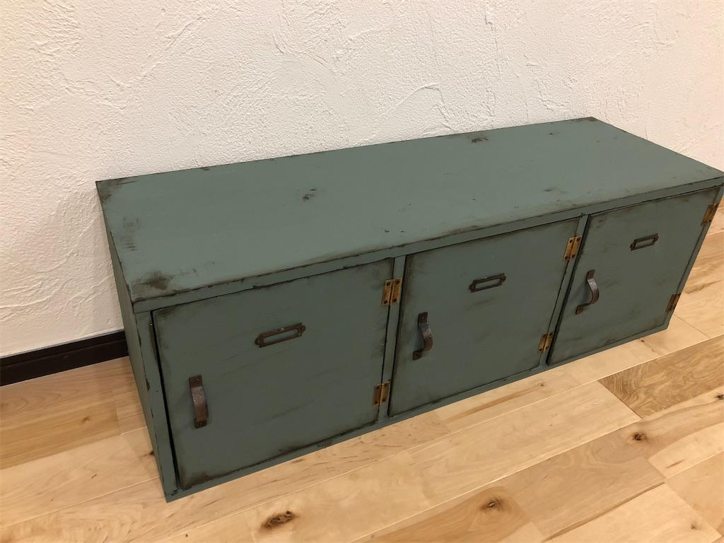 ビンテージ風のロッカーのようにリメイクされたカラーボックス。左側からの図