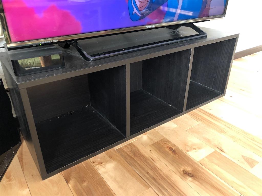 黒いカラーボックスの上にテレビ2