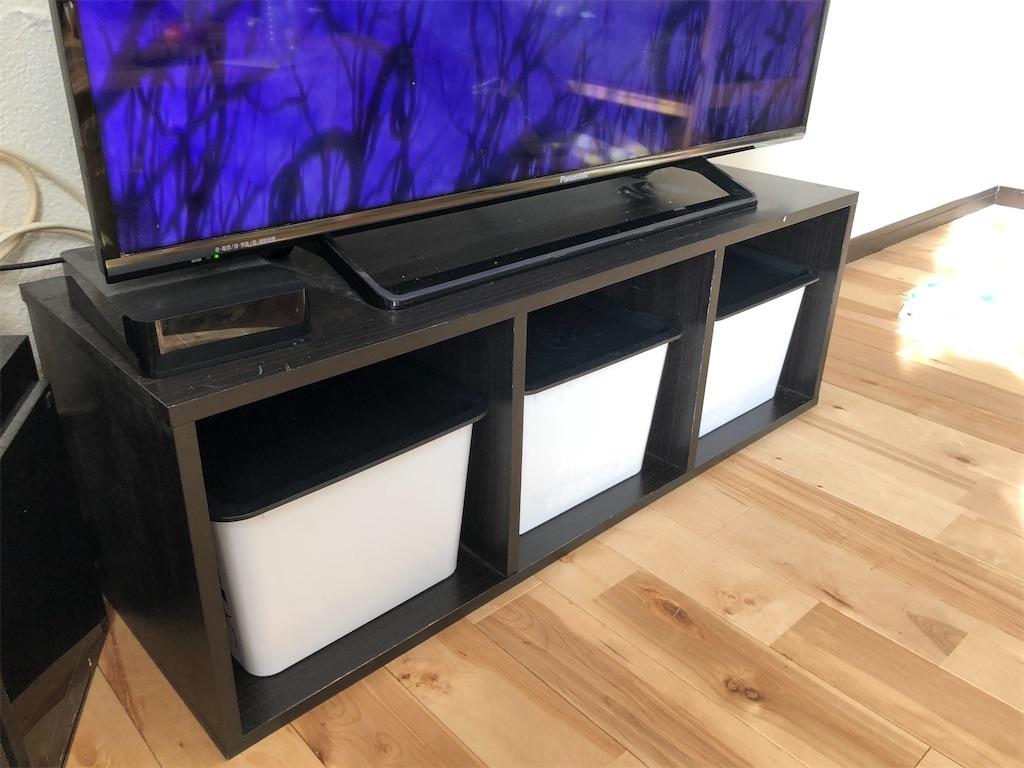 黒いカラーボックスの上にテレビ1