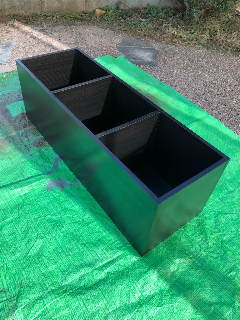 プライマーをスプレーし終わり乾燥させている黒いカラーボックス