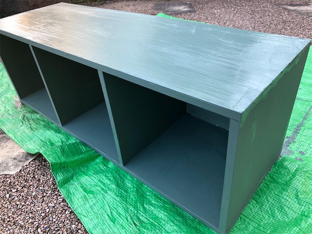 グリーンの塗料を全体に塗り終わったカラーボックス