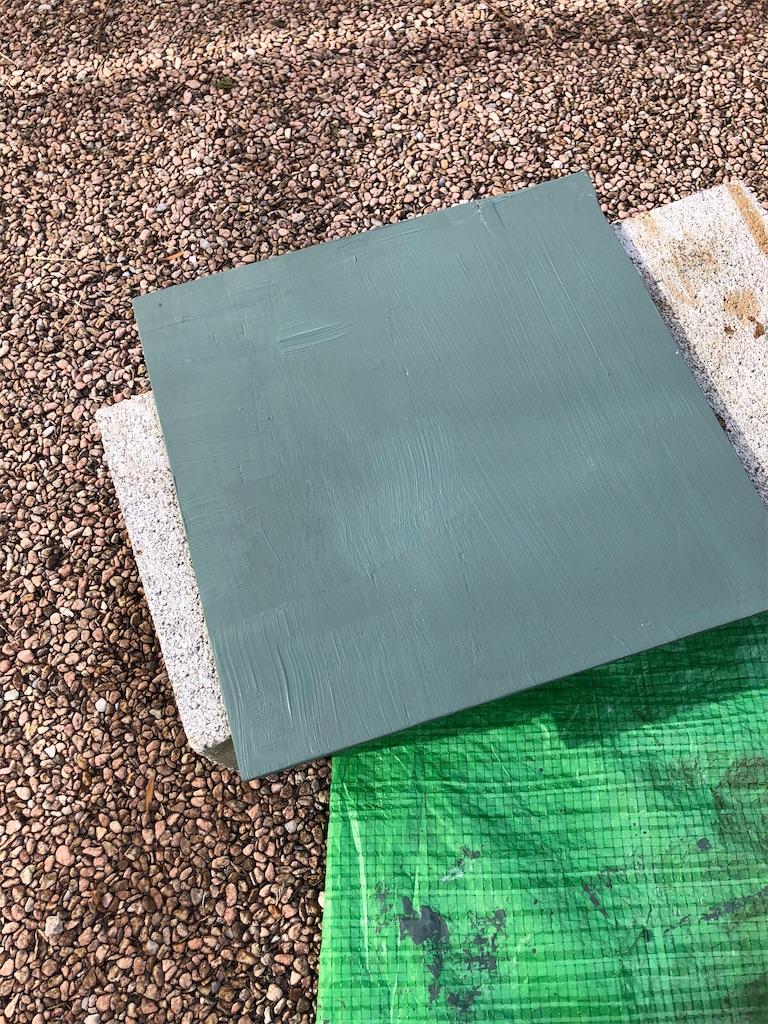 グリーンに塗装された正方形の合板