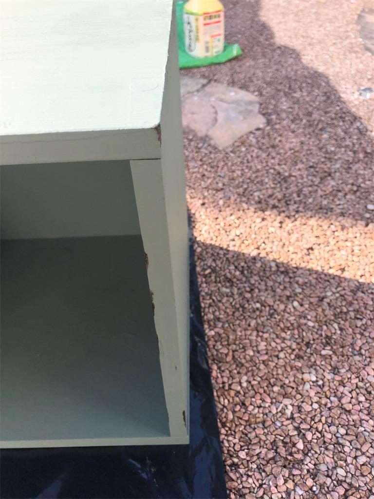 グリーンのカラーボックスの外側に茶色い塗料を付けている図。角。