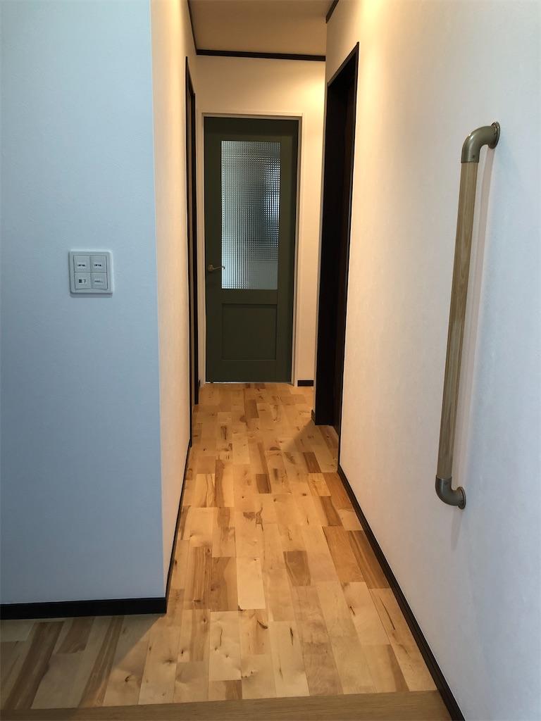 リフォーム後の玄関から見た廊下。無垢材の床。