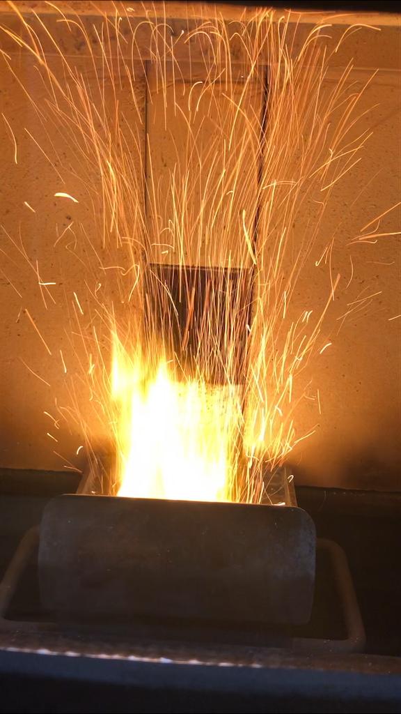ペレットが弾けて火花が散っているペレットストーブ
