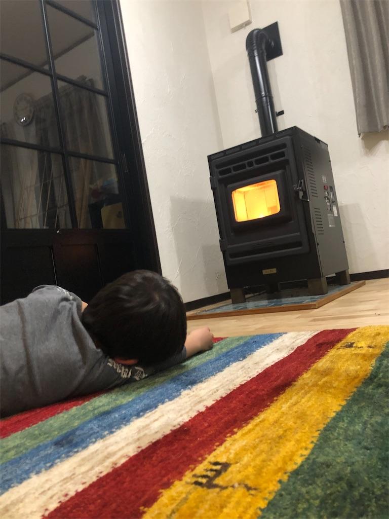 ギャッベに寝転ぶ子供。後ろ姿