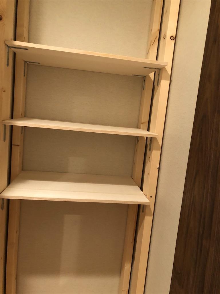 2×4の木材などで作った収納棚