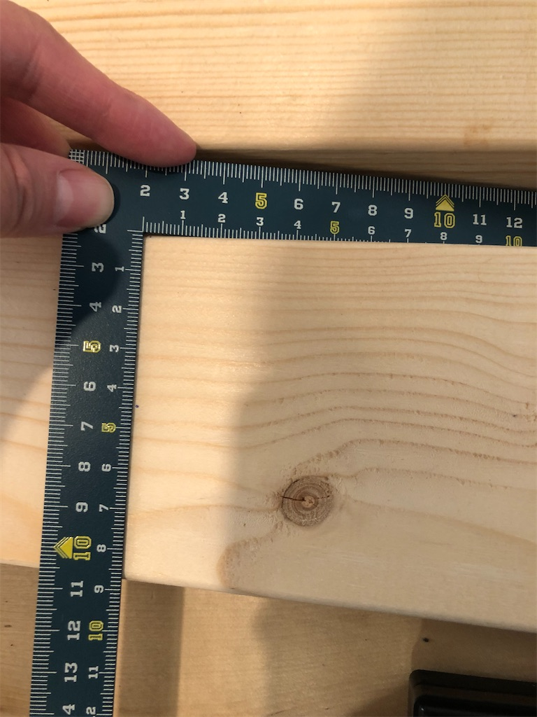 印が付いた2×4と直角定規。