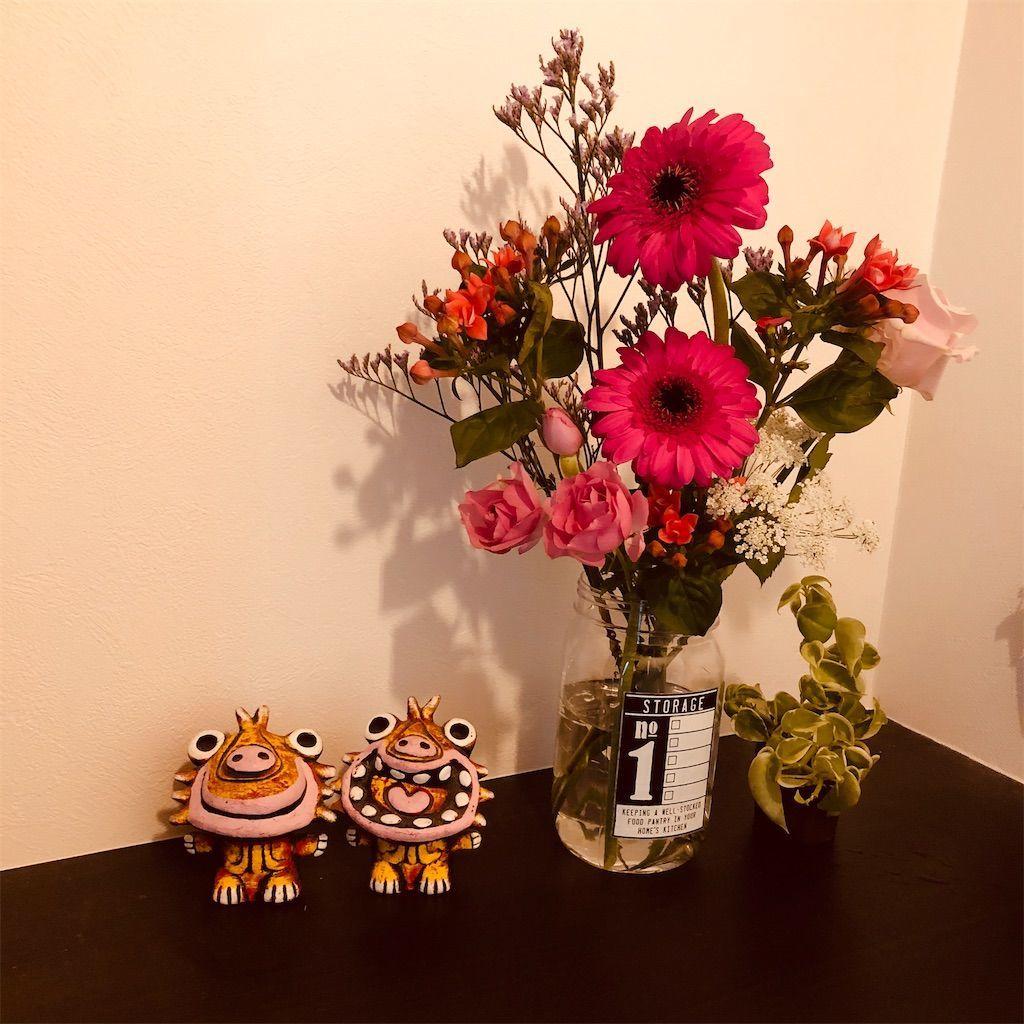 シーサーと花瓶に生けられた花