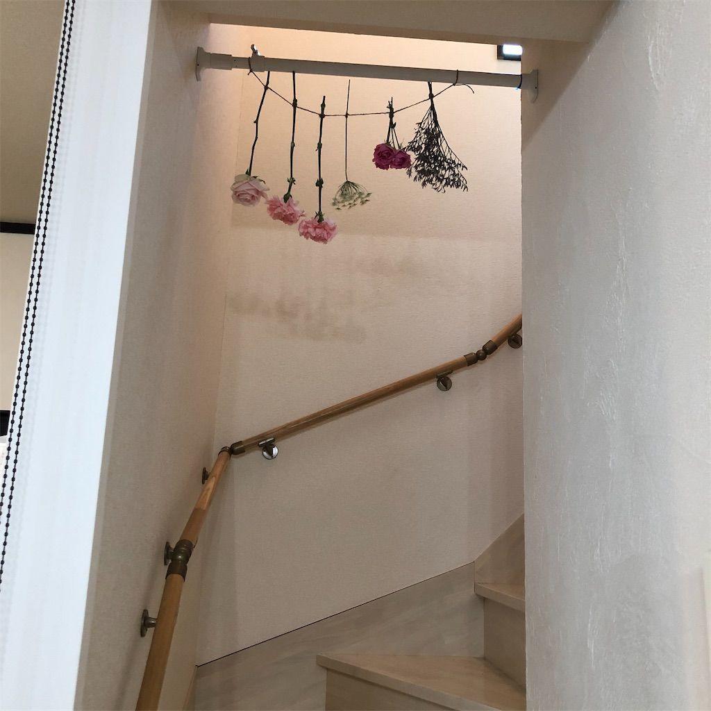 階段に吊り下げられた花。ドライフラワーにします。