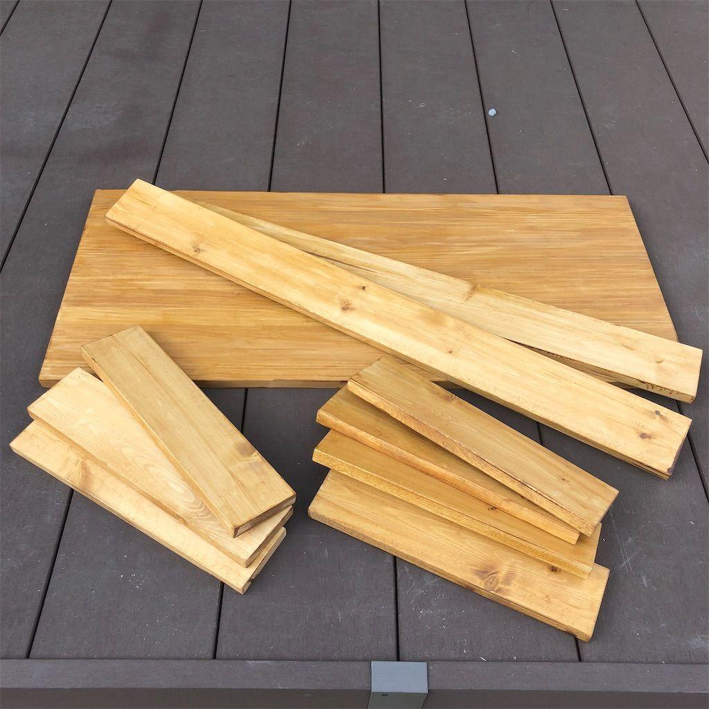 手作りテーブルの1×4の木材。塗装後。