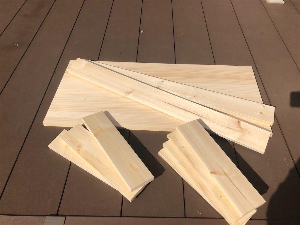 手作りテーブルの1×4の木材。塗装前。