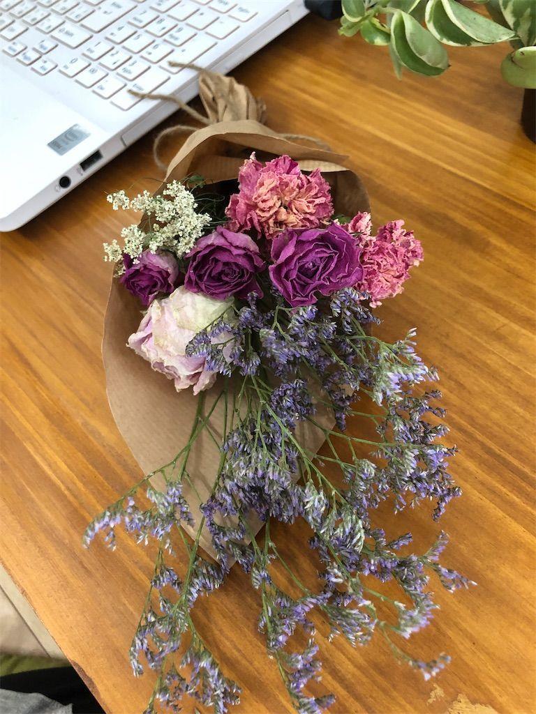 クラフト紙と麻紐でラッピングされたドライフラワーの花束