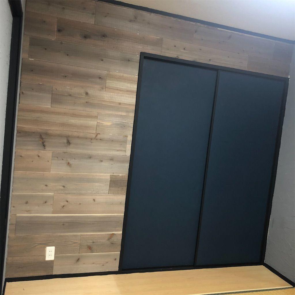 和室から洋室計画。足場板の壁とブルーの建具