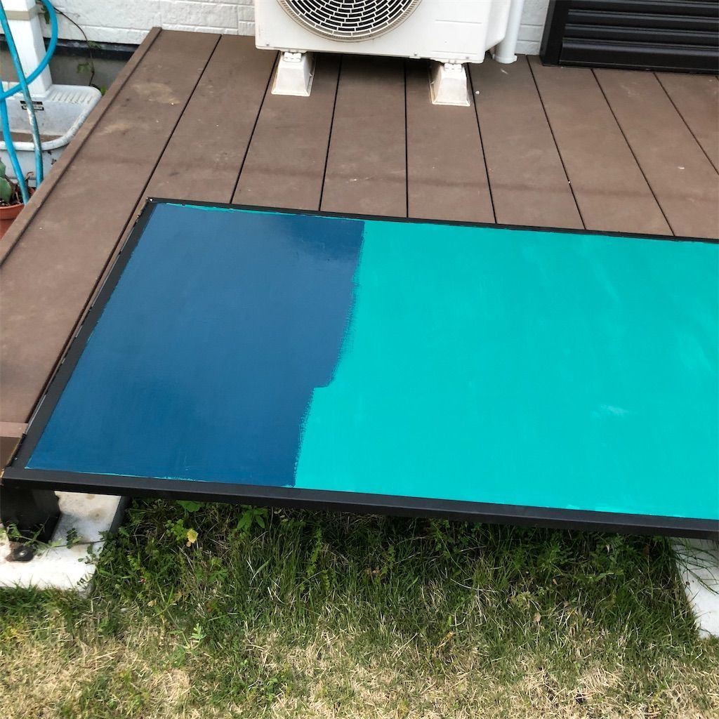 グリーンに塗られた襖の上からブルーの塗料を塗っている図