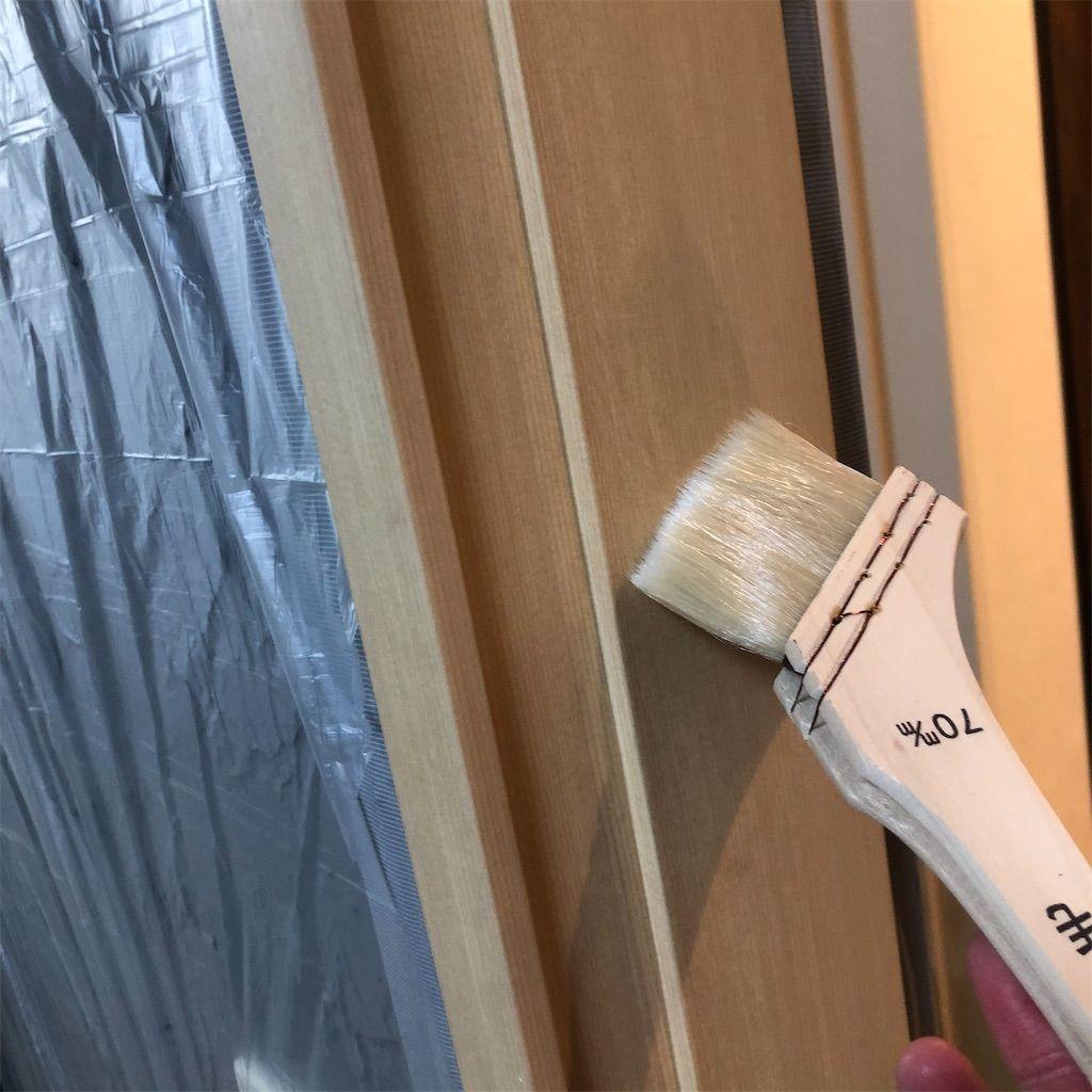 塗装前の下地処理として刷毛でプライマーを塗る図。ミッチャクロン。