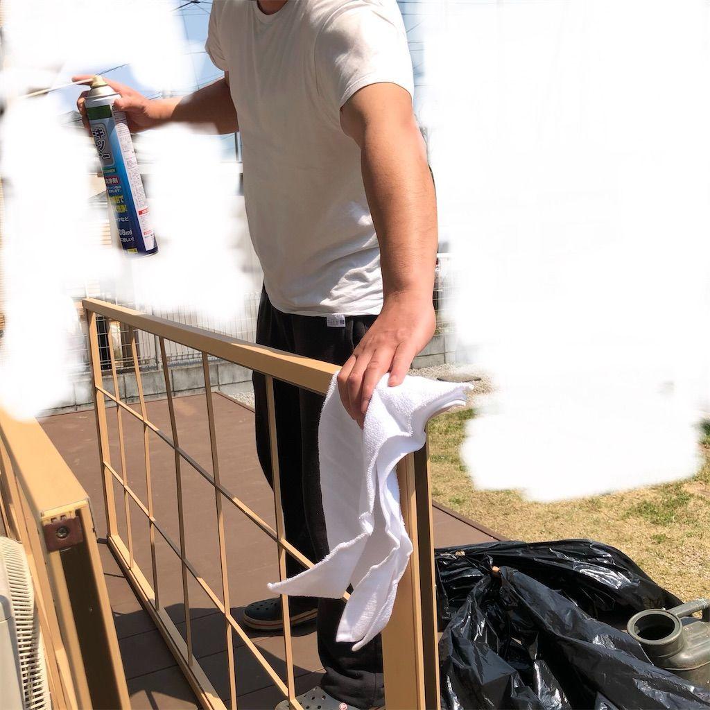 障子枠にパーツクリーナーをスプレーした後にタオルで拭きました。