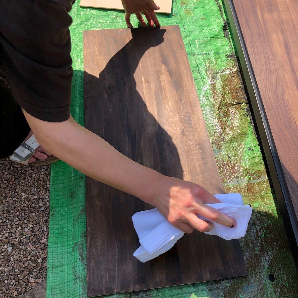 ベニヤ板にオールドウッドワックスを塗り終わり乾いた布で拭き取る図