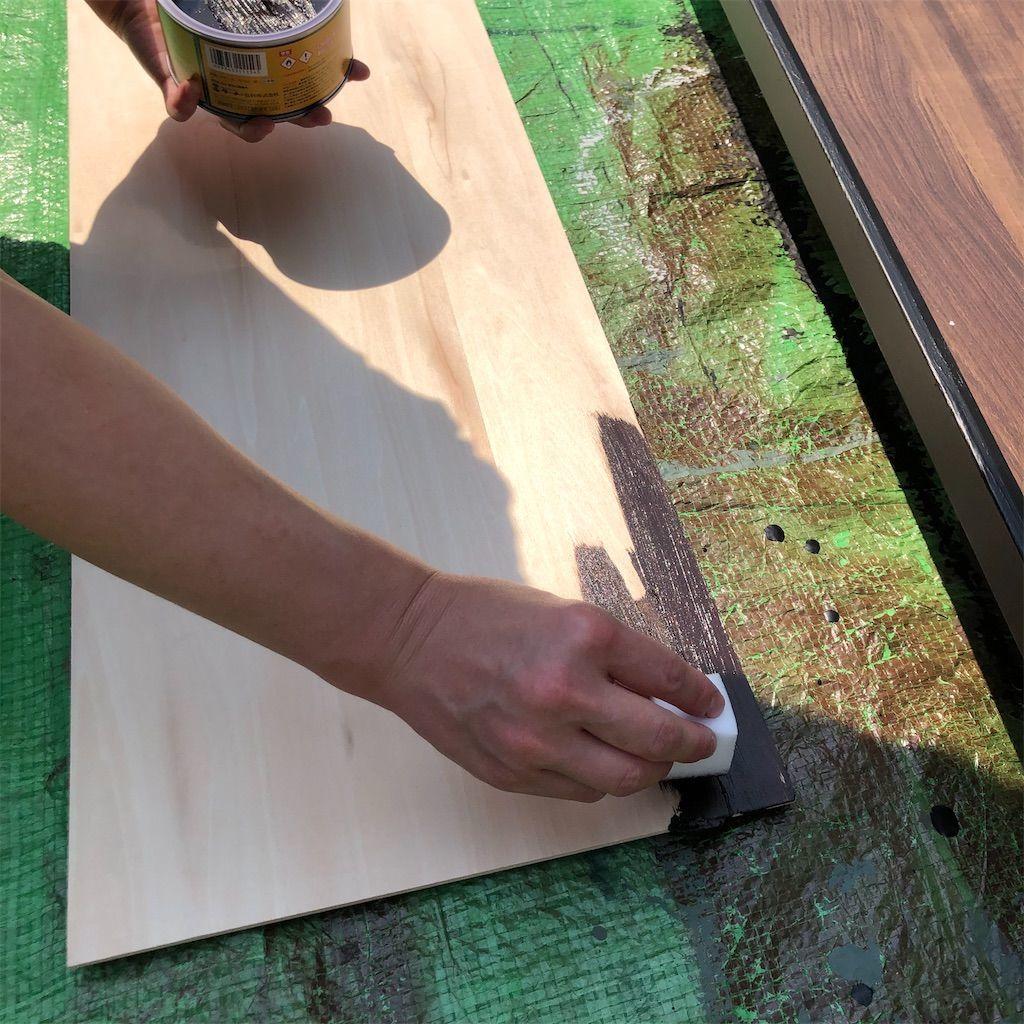 ベニヤ板にオールドウッドワックスを塗り始めた図
