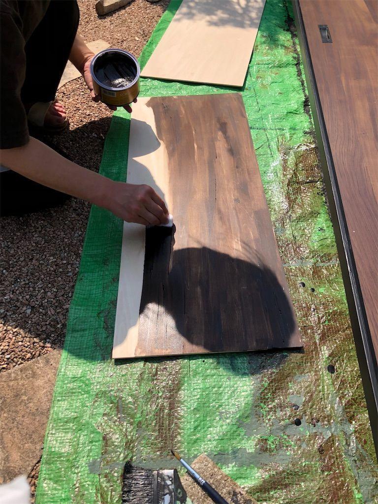 ベニヤ板にオールドウッドワックスを半分以上塗った図