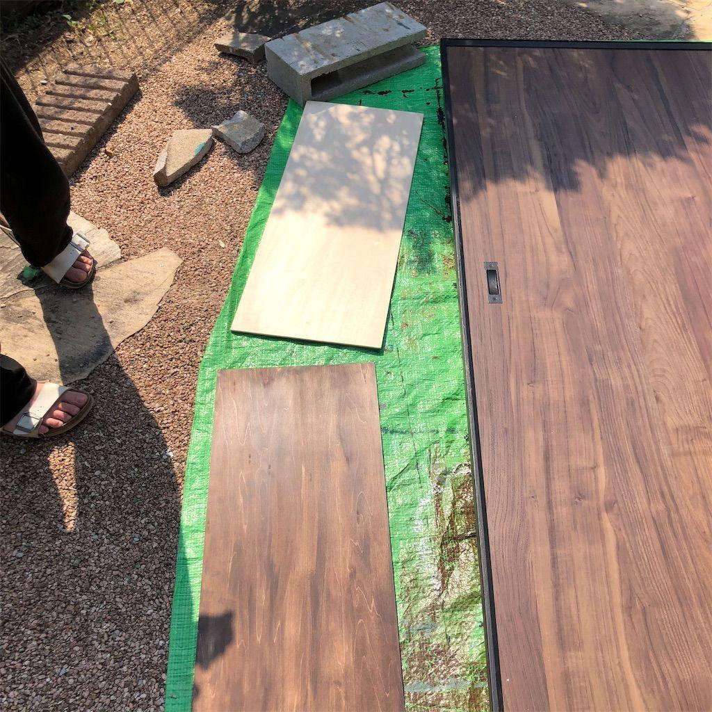 ベニヤ板にオールドウッドワックスを塗った物と塗る前の違いを比べている図