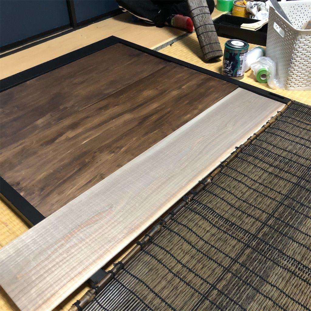 障子の枠の下部分にベニヤ板、上部分に簾を当ててみたが簾の長さが足りないために隙間ができてしまったが、余っていた足場板を追加する事で隙間が埋まった