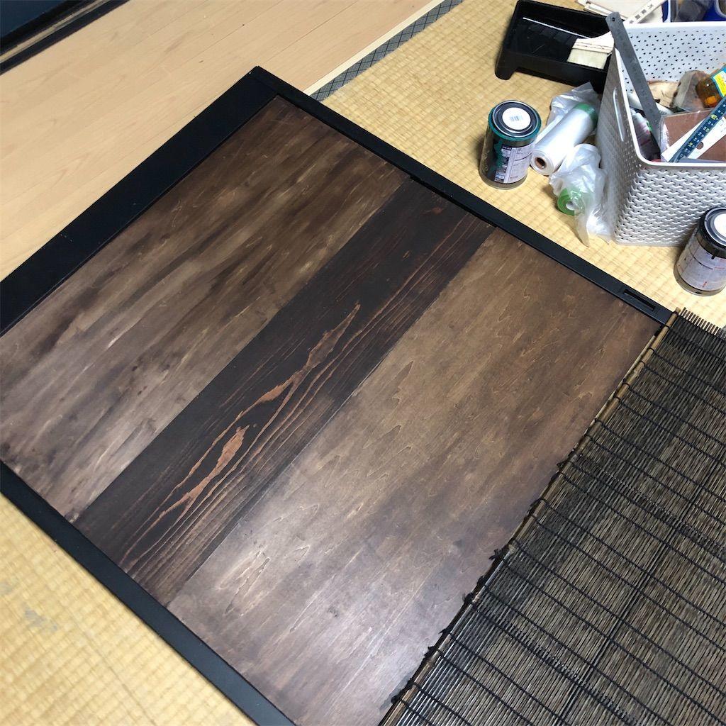 障子の枠と簾とベニヤ板で簾戸を作る。若干色が違う板を真ん中に当てはめる。