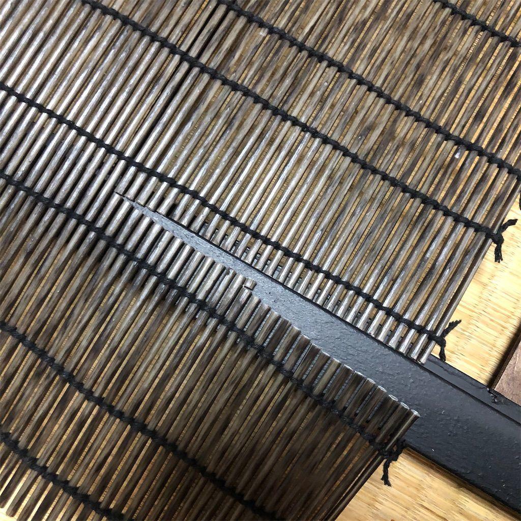 簾戸作り。簾をハサミでカット。